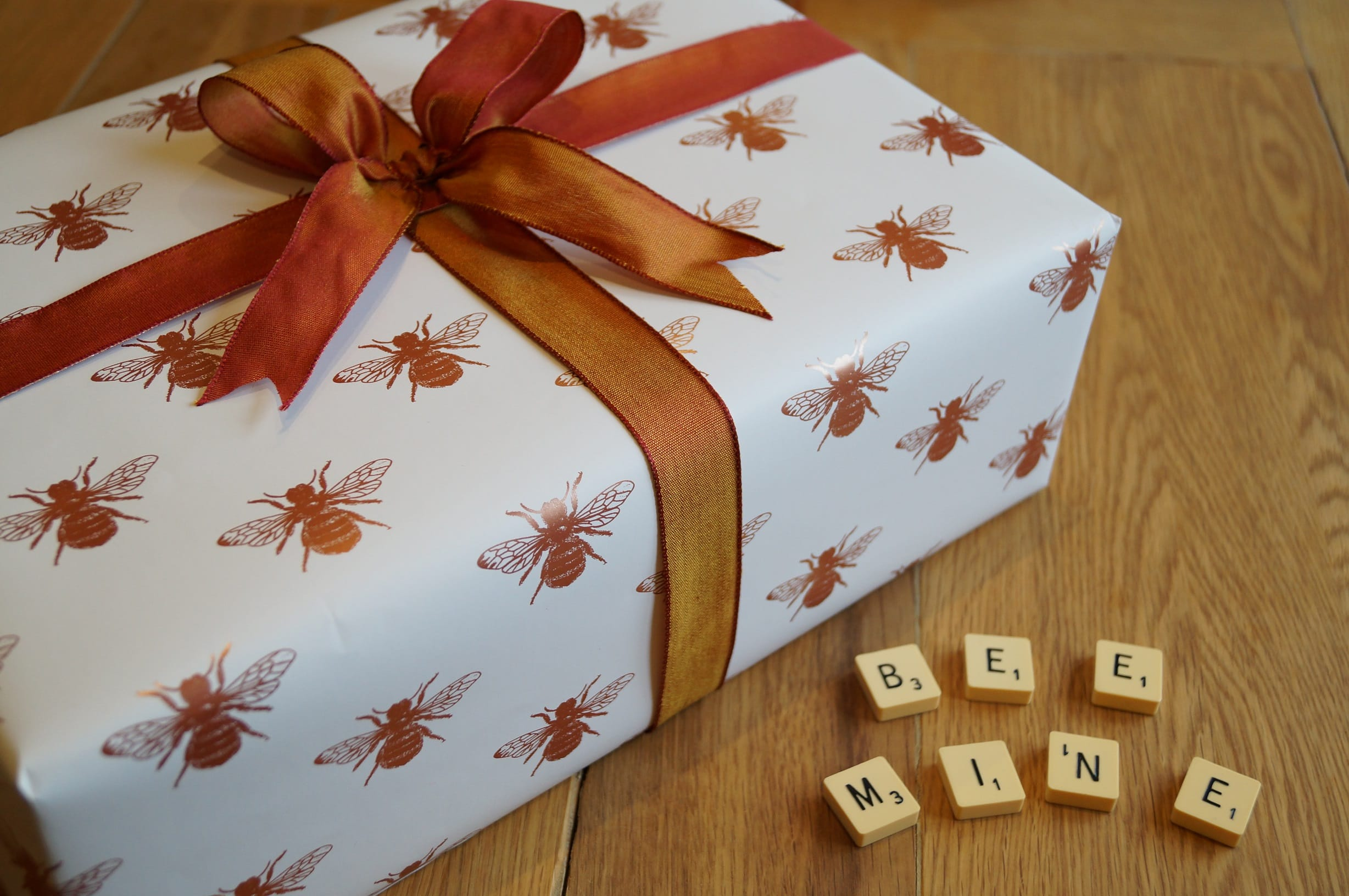 bee-paper-scrabble-table